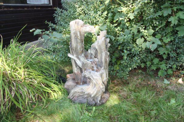 Středně veliká vodní fontána - les