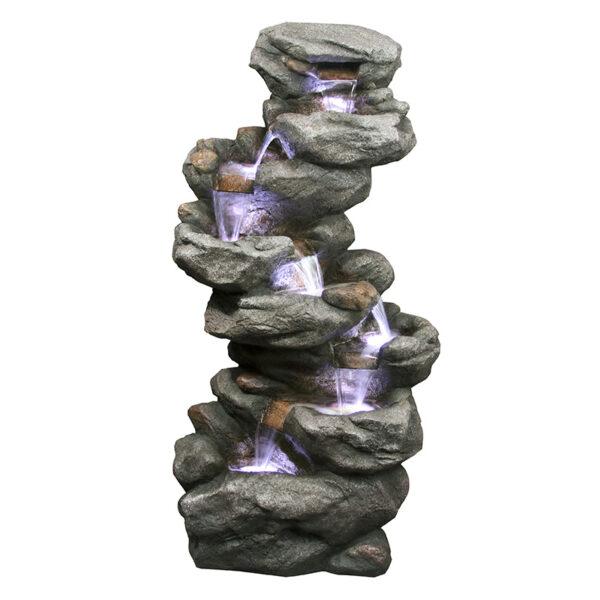 Vysoká umělá fontána připomínající kamenné skaliska